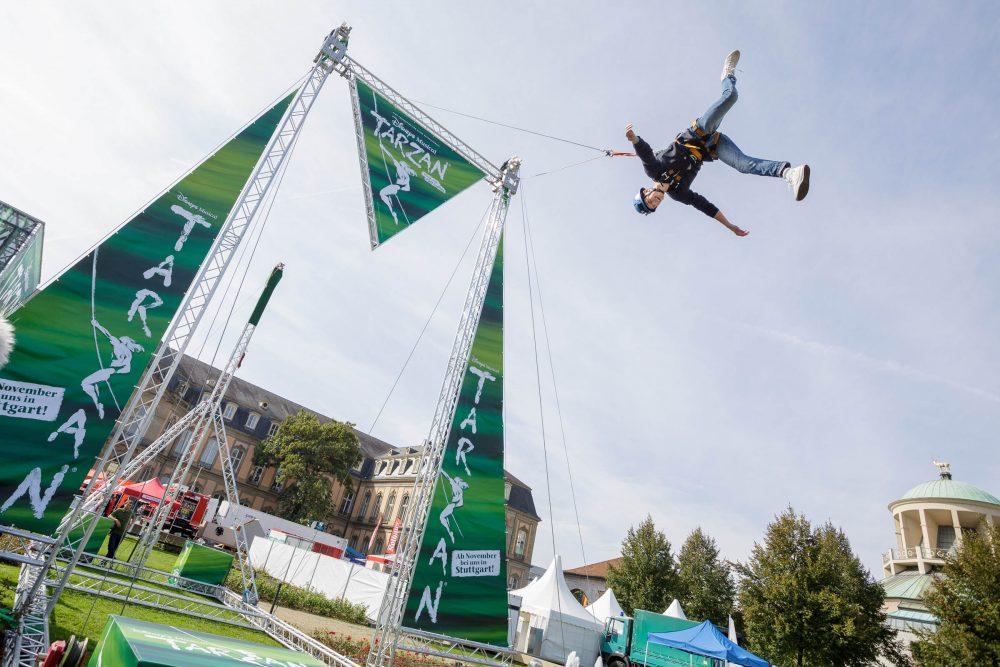 Werbetechnik Banner an Traversen für Giant Swing