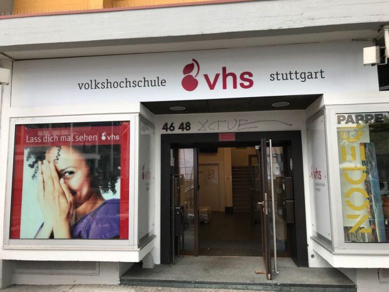 von unserer Werbetechnik 3D Logo produziert und montiertes 3D Logo am Eingang der VHS Stuttgart