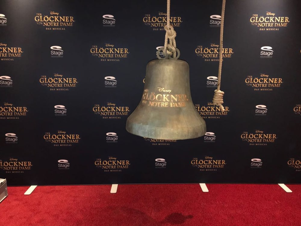 Pressewand mit Deko Glocke für Disney Musical Der Glöckner von Notre Dame