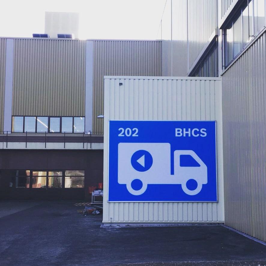 Parkleitsystem Schilder für LKW auf Firmengelände